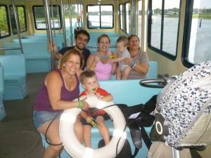 Todos en el barquito que nos llevó desde el parque hasta nuestro hotel :)