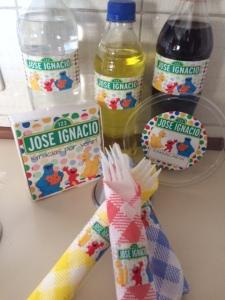 Stickers para las botellas, para la torta, para los cubiertos y para los envases de la ensalada
