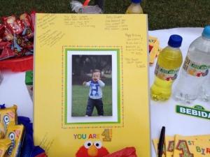 Mientras llegaban cada uno firmaba esta foto deseándole un feliz cumpleaños a JI